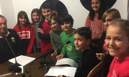 Los alumnos del Laura entrevistan a Carlos, el conserje