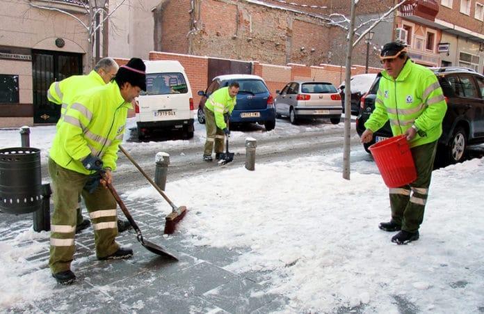 El ayuntamiento esparce sal en Villaviciosa para hacer frente al hielo