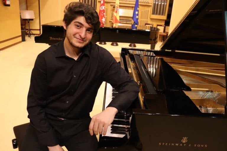 Roberto Rumenov ofrece un concierto en el Jardín Histórico